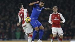 Aksi pemain Arsenal, Henrikh Mkhitaryan (kiri) berebut bola dengan pemain Everton, Theo Walcott pada laga Premier League di Emirates Stadium, London, (3/2/2018). Arsenal menang 5-1. (AP/Alastair Grant)