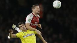 Pemain Arsenal, Mathieu Debuchy menghalau bola dari jangkauan pemain Norwich City, Nelson Oliveira pada laga Piala Liga Inggris di Emirates Stadium, London, (24/10/2017). Arsenal menang 2-1. (AP/Alastair Grant)