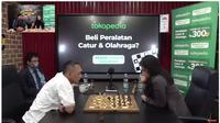Pertandingan catur antara Dadang Subur alias Dewa Kipas dengan Grand Master Wanita Irene Sukandar di kanal YouTube Deddy Corbuzier (Foto: Screenshot kanal YouTube Deddy Corbuzier)