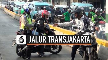 Polisi menggelar operasi sterilisasi jalur Transjakarta di Jakarta Timur. Ratusan pengendara terjaring operasi ini, polisi juga mencegah beberapa pengendara yang kabur menghindari razia.