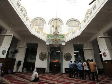 Beberapa jamaah muslim melakukan ibadah salat zuhur di Masjid Cut Meutia, Jakarta, Rabu (15/6/2016). Masjid ini merupakan bangunan peninggalan Belanda yang dulunya dipakai sebagai bangunan kantor biro arsitek. (Liputan6.com/Helmi Fithriansyah)