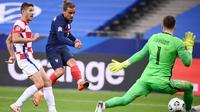 Penyerang Prancis, Antoine Griezmann, berusaha mencetak gol ke gawang Kroasia pada laga UEFA Nations League di Stade de France, Prancis, Rabu (9/9/2020) dini hari WIB. Prancis menang 4-2 atas Kroasia. (AFP/Franck Fife)