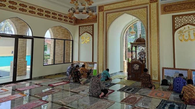 Atmosfer yang tenang di dalam Masjid Al-Bukhari di Cianjur. Jemaah beribadah dengan mengikuti protokol kesehatan COVID-19. Dok: Kedubes Uzbekistan