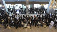 Penumpang yang mengenakan masker antre untuk menaiki pesawat pada malam liburan Tahun Baru Imlek di terminal penerbangan domestik bandara Gimpo di Seoul, Korea Selatan, Kamis (11/2/2021). Liburan Tahun Baru Imlek adalah salah satu hari libur tradisional utama negara itu. (AP Photo/Ahn Young-joon)
