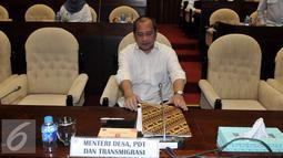 Menteri Desa, PDT dan Transmigrasi Marwan Jafar sebelum mengikuti raker dengan Komisi V DPR RI, di Kommpleks Parlemen, Jakarta (18/4). Rapat membahas evaluasi penggunaan dana desa dan pendamping desa. (Liputan6.com/JohanTallo)