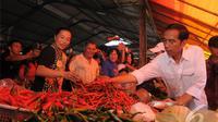 Jokowi mengecek sayur mayur di Pasar Tomohon untuk memastikan kualitasnya, Manado, Sabtu (9/4/2014) (Liputan6.com/Herman Zakharia).