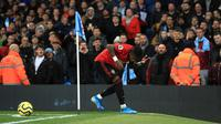 Pemain Manchester United Fred bereaksi setelah benda-benda dilemparkan kepadanya pada pertandingan Liga Inggris di Etihad Stadium, Manchester, Inggris, Sabtu (7/12/2019). Manchester United menang 2-1. (Mike Egerton/PA via AP)