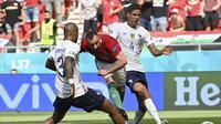 Pemain Prancis Raphael Varane, kanan, dan pemain Prancis Presnel Kimpembe, kiri, gagal menghentikan Attila Fiola dari Hongaria mencetak gol pertama timnya selama pertandingan grup F kejuaraan sepak bola Euro 2020 antara Hongaria dan Prancis di stadion Fer