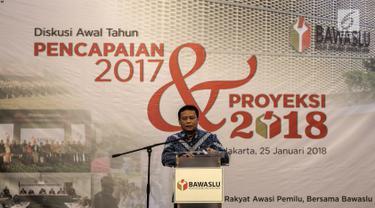 """Ketua Badan Pengawas Pemilihan Umum (Bawaslu) Abhan memberi sambutan dalam acara diskusi awal tahun bertajuk """"Pencapaian 2017 dan Proyeksi 2018"""" di Jakarta, Kamis (25/1). Pada Pilkada 2017, ditemukan 2.347 pelanggaran. (Liputan6.com/Faizal Fanani)"""
