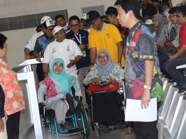 Menteri Sosial, Agus Gumiwang Kartasasmita (kaus kuning) bersama penyandang disabilitas saat mengecek kesiapan venue Asian Para Games 2018 di Jakarta, Jumat (28/9). Asian Para Games 2018 berlangsung 6-13 Oktober. (Liputan6.com/Helmi Fithriansyah)