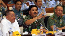 Menhan Ryamizad Ryacudu (kiri) dan Panglima TNI Marsekal Hadi Tjahjanto mengikuti raker dengan Komisi I DPR di Gedung Nusantara II, Senayan, Jakarta, Rabu (5/9). Rapat membahas Pagu Anggaran RKA K/L Kemhan/TNI TA 2019. (Liputan6.com/Johan Tallo)