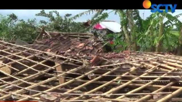 Warga dibantu anggota TNI, polisi, dan Satpol PP berusaha membersihkan puing-puing bangunan untuk mencari harta benda.