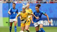 Duel Timnas Australia vs Timnas Italia di Piala Dunia Wanita 2019. Pada pertandingan yang dimainkan di Stade du Hainaut, Valenciennes, Prancis (9/6/2019) ini Italia menang 2-1. (Bola.com/Dok. FIFA)