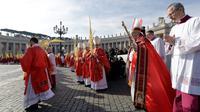 Paus Fransiskus tiba untuk merayakan Misa Minggu Palma di Lapangan Santo Petrus di Vatikan (25/3). Misa Minggu Palma ini untuk mengenang saat Yesus memasuki kota Yerusalem sebelum dia disalibkan. (AP Photo / Andrew Medichini)