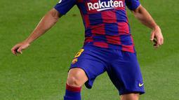 Gelandang Barcelona, Arthur mengontrol bola saat bertanding melawan Athletic Bilbao pada lanjutan La Liga Spanyol  di stadion Camp Nou, Barcelona (23/6/2020). Barcelona menang tipis atas Bilbao 1-0 berkat gol tunggal Ivan Rakitic. (AFP/Pau Barrena)