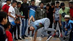 Seorang penari Palestina Ahmed al-Ghariz melatih anak-anak untuk menari di kamp pengungsi Al-Nusairat, Jalur Gaza tengah (5/11/2019). Pelatihan menari ini diikuti sekitar 60 peserta mulai dari usia 6 hingga 20 tahun. (AP Photo/Hatem Moussa)