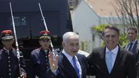 Perdana Menteri Israel Benjamin Netanyahu (kiri) disambut oleh Presiden Brasil Jair Bolsonaro (kanan) dalam kunjungannya ke Rio de Janeiro, 28 Desember 2018 (AP/Leo Correa)