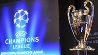 Trofi Liga Champions di sela-sela acara undian babak kualifikasi Liga Champions 2009-10 yang digelar di markas besar UEFA, di Nyon, Swiss, 22 Juni 2009. AFP PHOTO/FABRICE COFFRINI
