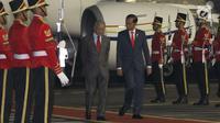 Presiden Joko Widodo menyambut PM Malaysia Mahathir Mohamad di Bandara Halim Perdanakusuma, Jakarta, Kamis (28/6). Pada Jumat, 29 Juni, Mahathir dijadwalkan ke Istana Negara di Bogor untuk menghadiri jamuan makan siang. (Liputan6.com/Angga Yuniar)