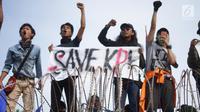 Massa aksi yang tergabung dari elemen mahasiswa, buruh, dan pelajar membawa spanduk dalam unjuk rasa di depan Gedung DPR RI, Jakarta, Senin (30/9/2019). Aksi unjuk rasa tersebut menyikapi penolakan terhadap UU KPK dan sejumlah RUU yang dinilai bermasalah. (Liputan6.com/Immanuel Antonius)