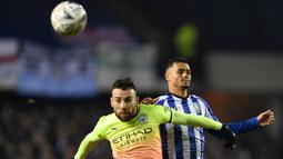 Bek Manchester City, Nicolas Otamendi, berebut bola dengan striker Sheffield Wednesday, Alessio Da Cruz, pada laga babak kelima Piala FA di Hillsborough Stadium, Rabu (4/3) malam waktu setempat. Manchester City menang 1-0 atas Sheffield. (AFP/Paul Ellis)