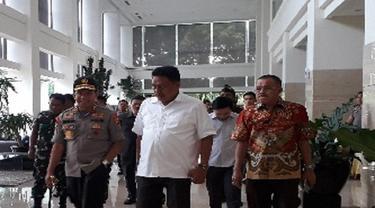 Ketua Gerindra dan Ketua PDI Perjuangan jalan bareng bersama Kapolda Sulut (Liputan6.com/ Yosep Ikanubun)