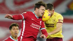 Gelandang Liverpool, Xherdan Shaqiri (kiri) berduel udara dengan gelandang Burnley, Josh Brownhill dalam laga lanjutan Liga Inggris 2020/21 di Anfield Stadium, Liverpool, Kamis (21/1/2021). Liverpool kalah 0-1 dari Burnley. (AFP/Jon Super/Pool)