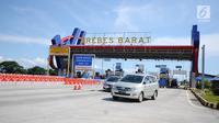 Kendaraan keluar pintu keluar Tol Brebes Barat, Jawa Tengah, Sabtu (23/12). Untuk mengurangi kemacetan di pintu Tol Brebes Timur petugas mengalihkan arus lalu lintas keluar Tol Brebes Barat. (Liputan6.com/Helmi Fithriansyah)