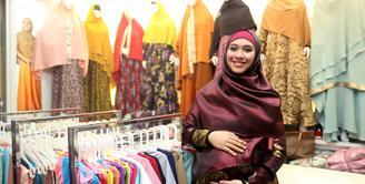 Oki Setiana Dewi yang sedang hamil anak keduanya kini terlihat sangat aktif. Meski hamil, ia tidak mengurangi kegiatannya yang terbilang cukup banyak mulai dari kuliah hingga bisnis pakaiannya. (Andy Masela/Bintang.com)