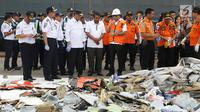 Dirut Lion Air Group Edward Sirait (tengah) saat melihat serpihan pesawat Lion Air JT 610 di Pelabuhan JICT 2, Jakarta, Selasa (30/10). Sejumlah barang ditemukan petugas dalam operasi pencarian. (Liputan6.com/Helmi Fithriansyah)