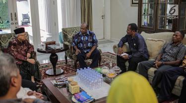 Wakil Presiden terpilih Ma'ruf Amin menggelar pertemuan dengan sejumlah pendeta dari Papua di kediamannya, Menteng, Jakarta, Kamis (5/9/2019). Selain silaturahmi, pertemuan Ma'ruf Amin dan para pendeta diduga terkait kondisi Papua dan Papua Barat beberapa hari terakhir. (Liputan6.com/Faizal Fanani)