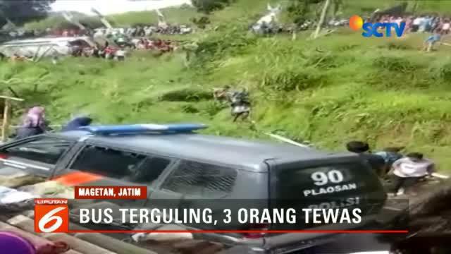 Bus pariwisata yang mengangkut rombongan peserta arisan keluarga terguling dan masuk areal persawahan di Plaosan, Magetan, Jawa Timur.
