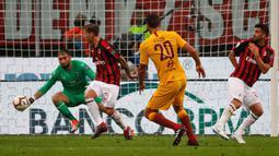 Pemain Roma, Federico Fazio mencetak gol ke gawang AC Milan dalam Serie A Italia di Stadion San Siro, Milan, Jumat (31/8). AS Roma melalui gol Federico Fazio sempat menyamakan kedudukan 1-1 pada menit ke-59. (AP Photo/Antonio Calanni)