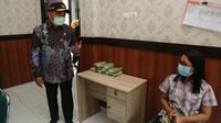 Menko PMK Muhadjir Effendy mengingatkan rumah sakit agar mengalokasikan tempat tidur pasien COVID-19 minimal 40 persen saat berkunjung ke RSUD Bung Karno Kota Surakarta, Jawa Tengah, Jumat (29/1/2021). (Dok Kemenko PMK)