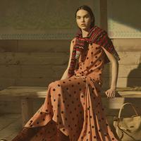 Permainan motif polkadot dipadukan dengan nunsa warna oranye membuat kesan hangat yang menawan.
