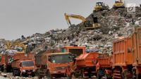 Antrean truk sampah dari Jakarta saat akan menurunkan muatan di TPST Bantar Gebang, Bekasi, Jawa Barat, Senin (18/3). Jumlah sampah yang masuk TPST Bantar Gebang mencapai 7.400 ton per hari. (merdeka.com/Arie Basuki)
