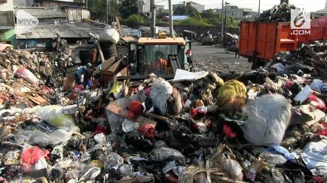 Tumpukan sampah menggunung di TPS Muara Baru setelah truk sampah dibatasi masuk ke Bekasi.