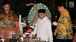 Ketua Dewan Kehormatan Partai Golkar BJ Habibie (tengah) bersama Ketua Umum Partai Golkar Airlangga Hartarto (kanan) di kediamannya, Jakarta, Jumat (3/8). Pertemuan tersebut dalam rangka silaturahmi jelang Pilpres 2019. (Liputan6.com/JohanTallo)