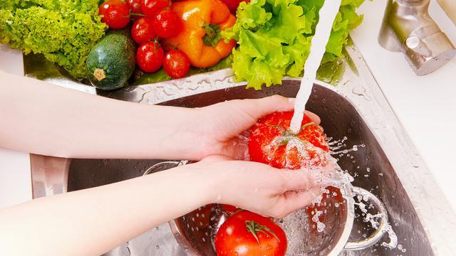 mencuci buah dan sayur