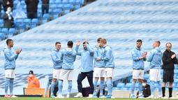 Para pemain Manchester City memberikan aplaus kepada Sergio Aguero pada laga perpisahan di Stadion Etihad, Minggu (24/5/2021). City menang dengan skor 5-0. (Peter Powell/Pool/AFP)