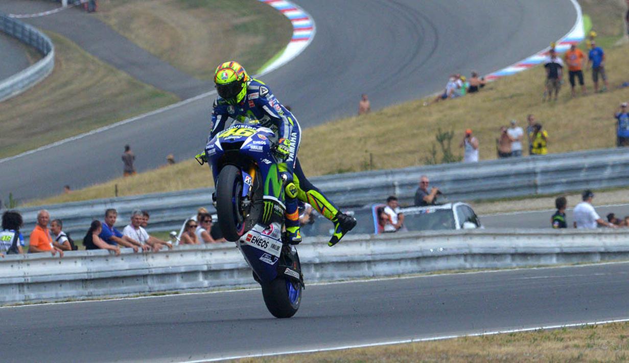 Gaya Valentino Rossi Saat Jumping Wheelie Foto Bolacom