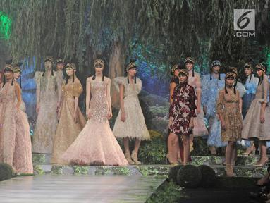 """Sejumlah model berpose mengenakan rancangan karya Sebastian Gunawan di peragaan busana Aqua Reflections x Sebastian Gunawan di Jakarta, Senin (5/2). Peragaan busana ini bertajuk """"Blissful Blossom"""". (Liputan6.com/Herman Zakharia)"""