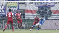 Gelandang Persib Bandung, Atep, mencetak gol ke gawang Arema FC pada laga Liga 1 di Stadion GBLA, Jawa Barat, Kamis (13/9/2018). (Bola.com/M Iqbal Ichsan)