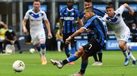 Penyerang Inter Milan, Alexis Sanchez, melakukan tendangan penalti ke gawang Brescia pada laga lanjutan Serie A pekan ke-29 di Giuseppe Meazza, Kamis (2/7/2020) dini hari WIB. Inter Milan menang 6-0 atas Brescia. (AFP/Miguel Medina)