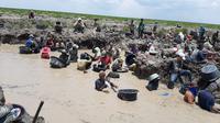 Para warga beramai-ramai mencari harta karun di aliran sungai di Kecamatan Cengal, Kabupaten OKI Sumsel (Dok. Humas Balai Arkeologi Sumsel / Nefri Inge)