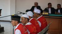 Sejumlah terdakwa pengeroyokan yang menewaskan Haringga Sirla menjalani persidangan di Pengadilan Negeri Bandung, Selasa (9/4/2019). (Huyogo Simbolon)