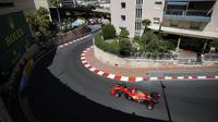 Pembalap Ferrari Charles Leclerc mengemudikan mobilnya pada latihan bebas kedua untuk balapan F1 GP di Sirkuit Monaco, Monaco, Kamis (20/5/2021). F1 GP Monaco akan berlangsung pada 23 Mei 2021. (AP Photo/Luca Bruno)