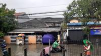 Kawasan Tebet Timur terendam banjir saat hujan mengguyur Jakarta, Jumat (24/1/2020). (Liputan6.com/Lorenza Ferary)
