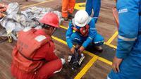 Awak kapal Pertamina mengamati serpihan pesawat Lion Air bernomor penerbangan JT-610 rute Jakarta-Pangkalpinang yang jatuh di perairan Tanjung Karawang, Jawa Barat, Senin (29/10). (HO/NATIONAL DISASTER MITIGATION AGENCY/PERTAMINA HULU ENERGY / AFP)