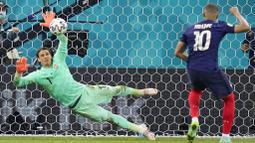 Yann Sommer tampil apik dengan melakukan sejumlah penyelamatan sepanjang laga termasuk mengagalkan sepakan penalti Kylian Mbappe. (AP/Vadim Ghirda, Pool)